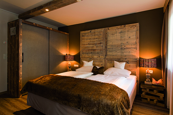 familien zimmer holz design alpenhotel stefanie hippach im zillertal tirol. Black Bedroom Furniture Sets. Home Design Ideas